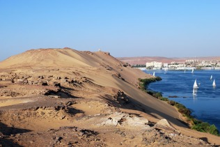 Egypt (Qubbet el-Hawa): looking across old iron mine