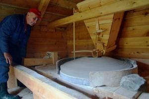 Milling flour at Skor