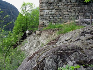 The Cartatscha ruin from the south, 2005. Eroding edge as seen from the erratic block visible in the picture above