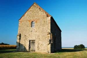 En av Englands eldste kirker, St Peter-on-the-Wall, Essex (c. 654), bygget av gjenbrukt materiale, mest rubble, fra et romersk fort. Kilde: Wikipedia