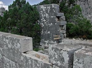"""Kvadermurverk i antikke Termessos, Tyrkia. Her er det ikke brukt mørtel mellom steinene. Legg merke til at murene holdes sammen ved at steinene i annethvert skift er lagt horisontalt. Senere ble dette kalt """"long and short work"""" i England. Foto: Per Storemyr"""