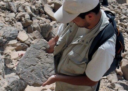 Wouter Claes finding a small stone fragment with Late Palaeolithic drawings. Photo: Per Storemyr