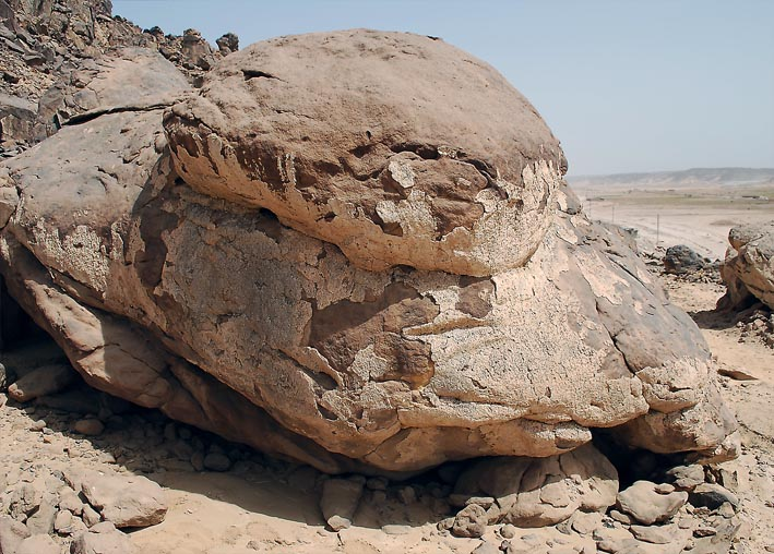 Calcite deposits (white) high up in the wadi slope; evidence for a higher NIle at the end of the Palaeolithic. Photo: Per Storemyr