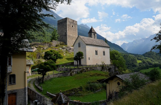 Castle country Grisons: The tower of the castle at Castelmur by Bondo in Bergell, flanked by the little church Nossa Donna. Though heavily restored, the church reaches back to the early Middle Ages. Photo: Per Storemyr