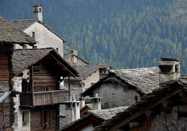 Bergell is stone country. Of the most impressive use of stone is the traditonal slate roofs, like on the houses here in Soglio, high up at the northern flank of the valley. Photo: Per Storemyr