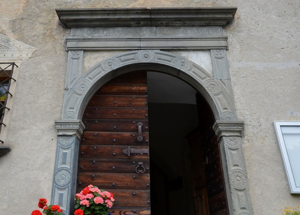 The entrance to one of the most remarkable museums in Grisons, the Museum Ciäsa Granda in Stampa (Bergell). The portal of the large patrician house from 1581 is made of soapstone, a stone that is common in the southern Alps and which gave rise to both a huge cooking pot industry and decoration at many churches and houses of the wealthy. Photo: Per Storemyr