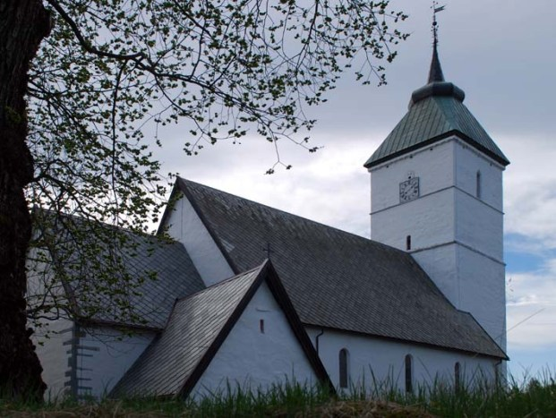 Værnes church in Stjørdal, begun in the first half of the12th century. The slate roof is modern, but a testimony to the roofing slate traditions in the district. Photo: Per Storemyr