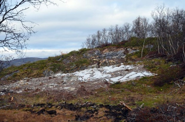 Excavated quarry spot along the hillock and tool production areas in front. Photo: Per Storemyr
