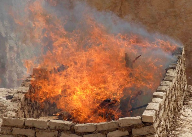 Firesetting experiment at Aswan by Adel Kelany and his team in the Department for Ancient Quarries Aand Mines, Ministry of State for Antiquities. The subsequent removal of the softened granite by using hammerstones was much easier than without fire. And the fire can be controlled in such a way that the rock intended for further working is not damaged. Photo: Adel Kelany