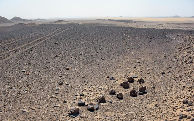 Flint hammerstones on the alluvial terrace we walked in Kharga. Photo: Per Storemyr