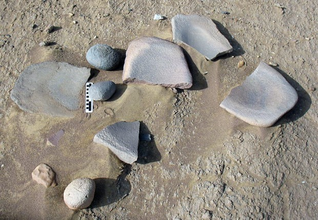 Used grinding stones and handstones at the Neolithic settlements by Umm el-Dabadib in Kharga. Photo: Per Storemyr