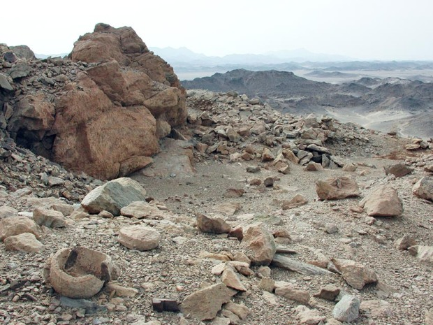A room with a view! A soapstone quarry at Wadi Abu Qureya in Egypt's Eastern Desert. Raw material was procured at the back, vessels produced in front. Some broke! A true tragedy after hours and days of work! Dating? Middle Ages, perhaps later.