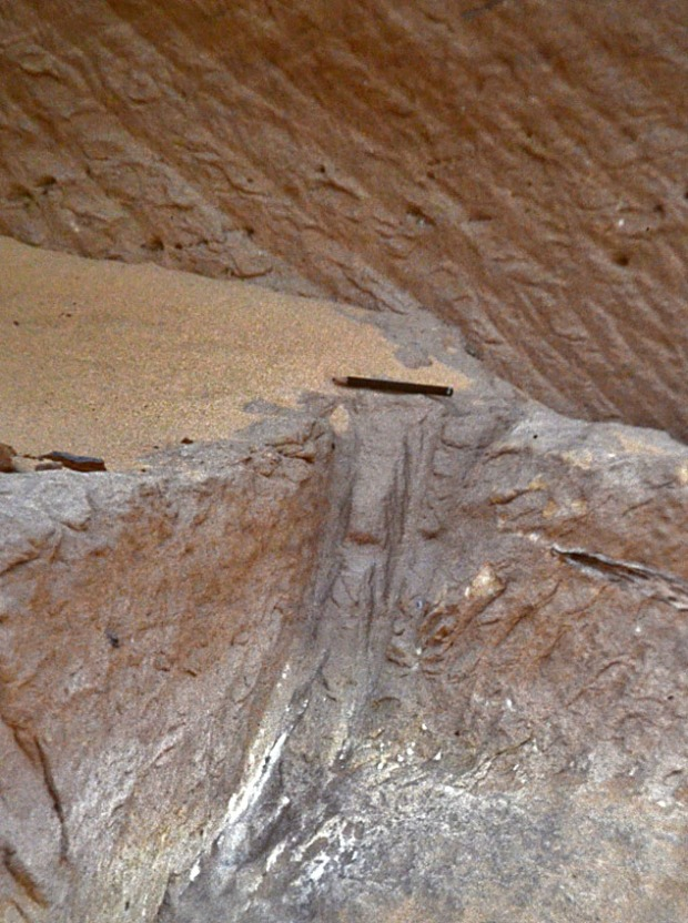 Separation trench made by pickaxe in the sandstone quarries at Gebel el-Silsila (west bank). Photo: Per Storemyr