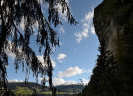 Living in the cliff, with views to mountains, pastures, forests. Photo: Per Storemyr