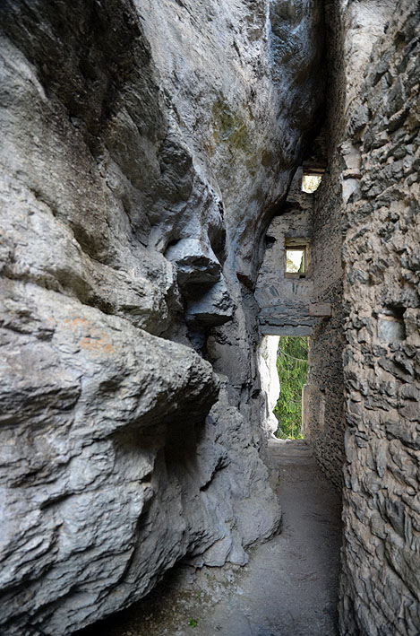 The narrow corridor leading to from the entrance to the main space. Photo: Per Storemyr