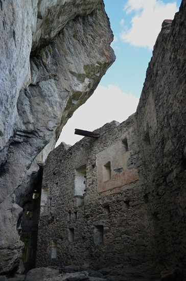 The main space under the cliff, with a wooden beam still attached to the wall. Photo: Per Storemyr