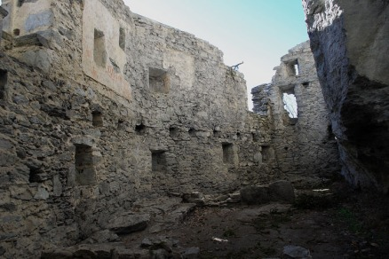 The main space at Kropfenstein, which was divided in two or three storeys. Note the row of holes for wooden beams and all the small crenels. Photo: Per Storemyr