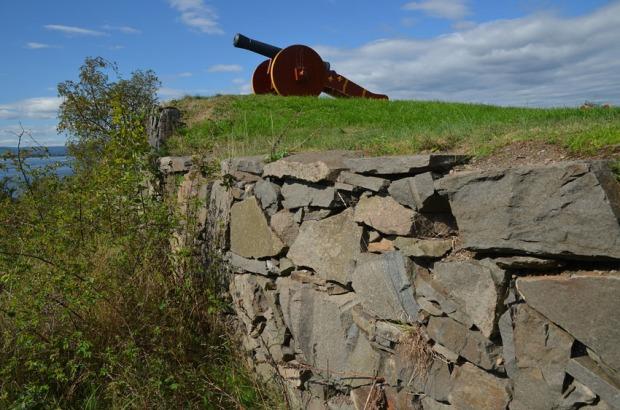 En kanonstilling fra 1800-tallet på Hovedøya. Den befinner seg på et oppbygd platå, som har en fin mur med stein som er brutt ut på 1800-tallet. Foto: Per Storemyr