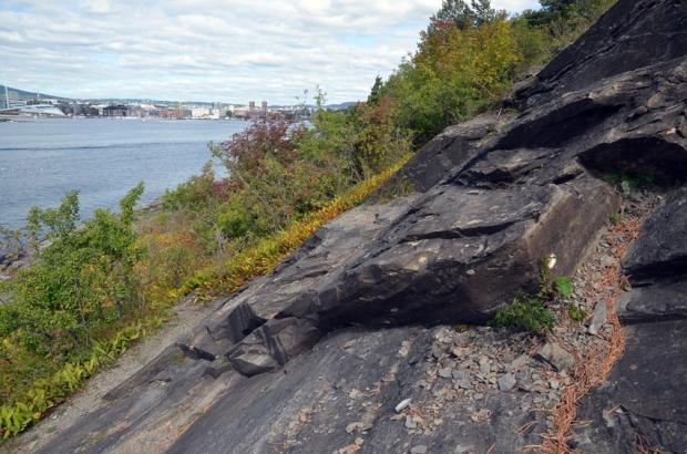 Parti av det store sandsteinsbruddet nordvest på Hovedøya. Foto: Per Storemyr