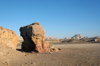 Split Rock – an area of ancient campsites and rock art along a major desert route (Darb Ain Amur) about three km south of the grinding stone quarry. Photo: Per Storemyr.