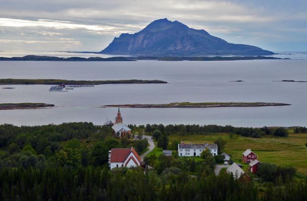 Det lille kirkestedet Gildeskål, med gammelkirka, nykirka og prestegården. Foto: Per Storemyr