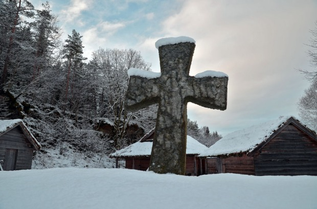 Copy of Early Medieval Stone cross in the Millstone Park. Such crosses, often much taller and often produced in Hyllestad, were raised all along the West Norwegian coast in the early times of Christianity up north. Photo by Per Storemyr.