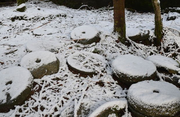 Abandoned, snow-covered millstones in the Stone Cross Quarry. The quarry has got its name from co-production of early-medieval stone crosses. Photo by Per Storemyr