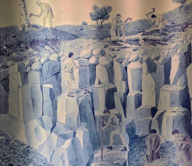 Slik tenker man seg brytning av basaltsøyler i de store kvernsteinsbruddene i Mayen i Tyskland. Fra utstillingene i Vulkanpark Eifel. Foto: Per Storemyr