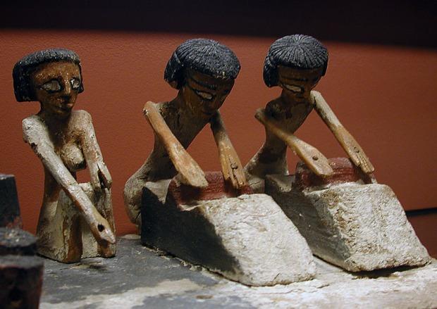 Kvinner maler korn med skubbekvern i Det gamle Egypt. Modell fra Mellomriket, nå i Louvre. Foto: Per Storemyr