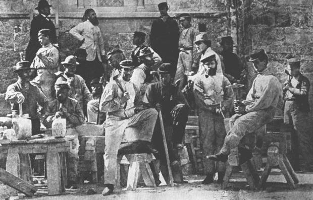 Steinhoggere og andre arbeidere ved Nidarosdomen i 1872. Foto: Wikipedia