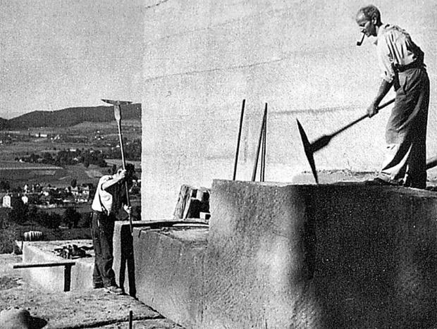 Hogging av store blokker av sandstein på gammelmåten i Bern (Sveits) på 1950-tallet. Foto: W. Nydegger, i Schmalz (1983)