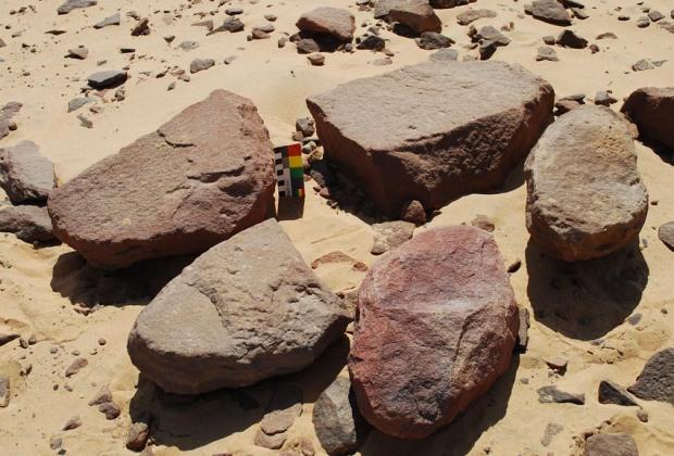 Tidløse emner til skubbekverner i steinbruddene i Aswan. Foto: Per Storemyr