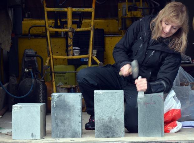Steinhogger Eva Stavsøien fra Nidaros Domkirkes Restaureringsarbeider demonstrerer hogging av ulike typer kleberstein under Hyllestadseminaret 2015. Foto: Per Storemyr