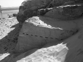 Wedge holes along the base of a block in the Ptolemaic Naq el-Fugani sandstone quarry near Aswan. Photo by PER STOREMYR.