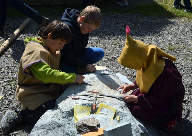 Barn i intens konsentrasjon. Fine klebersteinsmykker blir produsert. Foto: Franziska Rüttimann