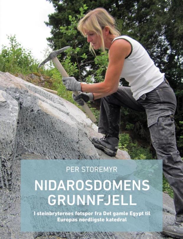 Tittelsiden til boken! Steinhogger Eva Stavsøien ved NDR hogger ut kleberstein på gamlemåten. Foto: Per Storemyr. Design: Tone Harbakk