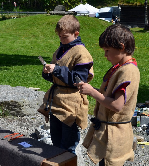 Jardar og Tarald finpusser klebersteinsmykker før de legger dem ut for salg på marknaden. Foto: Franziska Rüttimann