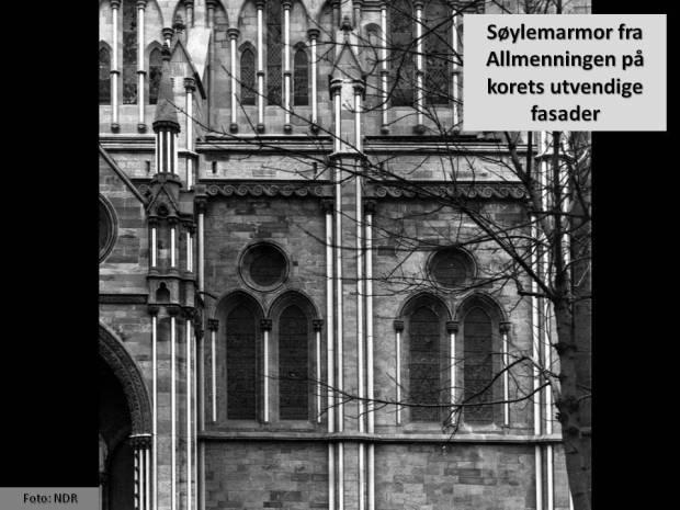 Til forskjell fra engelske katedraler har Nidarosdomen også tusenvis av marmorsøyler på sin utvendige arkitektur. Det er dette som gjør at domen er den viktigste marmorkatedralen nord for Alpene. Her fra koret i domen for noen tiår siden.