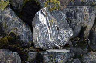This is the rhyolite at Siggjo: fine-grained and banded. Photo by Per Storemyr