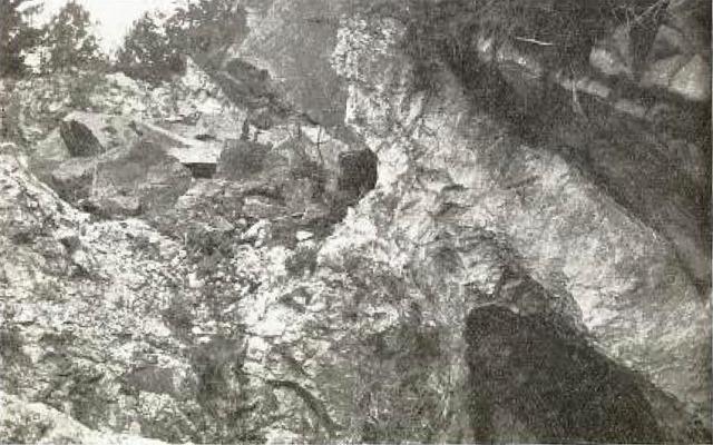 Norges første feltspat- og kvartsgruve i Narestø. Foto fra Andersen (1931)