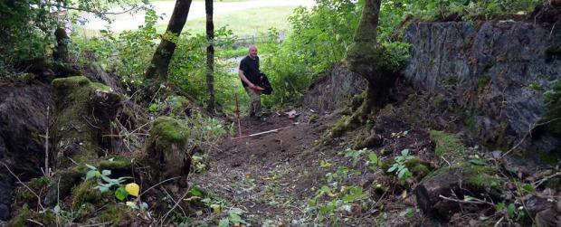 Arkeologisk utgraving av gammelt steinbrudd rett ved Reins kloster. Det er Hans Marius Johansen fra Sør-Trøndelag fylkeskommune som er graveansvarlig. Foto: Per Storemyr