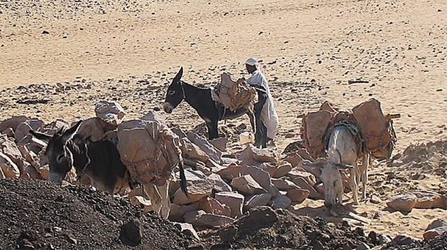 Aswan, Egypt. For et par år tilbake. Transport av stein slik det ble gjort for tusenvis av år siden. I et landskap der steinbrytning tok til allerede i eldre steinalder. Foto: Per Storemyr