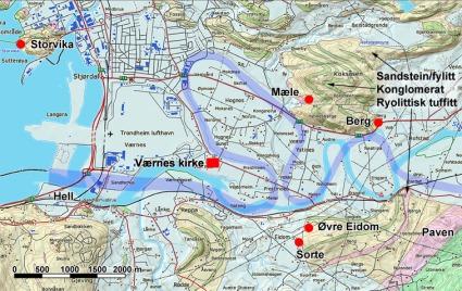 Geologi og steinbrudd nær Værnes kirke. Befarte brudd er merket med rød sirkel. Rekonstruksjon av Stjørdalselva (mørkere blått) viser hvordan elva kan ha gått på 1000-1100-tallet. Den store slynga mot nordvest blir kalt Storeslynga. Kart: Per Storemyr; rekonstruksjon av Stjørdalselva etter Sveian 1995; geologisk kart etter Norges geologiske undersøkelse.