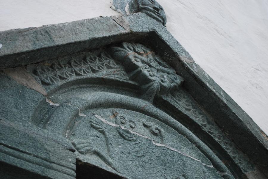 Detalj av nordportalen på Værnes kirke. Her ser vi hvordan den grønne klorittskiferen, en svært viktig stein i Trøndelags middelalder, tar seg ut. Foto: Per Storemyr.