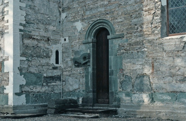 Sørportalen på Værnes kirke da pussen på kirken var hogd vekk på 1990-tallet. Her er det sandstein i murene! Og grønnskifer i portalen. Foto: Per Storemyr