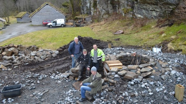 Construction well underway! Circular dry stone masonry, c. 1 m thick, with a core of small stone and gravel. The lower part of the masonry protected by earth and gravel – a «mound». Leif, Ole, Oddvin and Torbjørn.