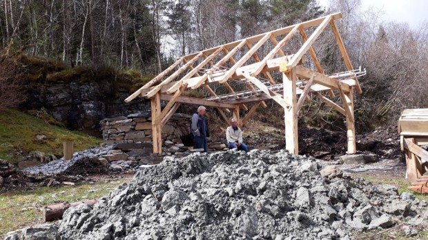 April 2017: Leif and Torbjørn under the new wooden building/roof by the kiln, designed by Audun Oppedal. It rains a lot in Hyllestad, and we need a dry place when working! In front: Clay for pointing the kiln's masonry joints has been delivered.