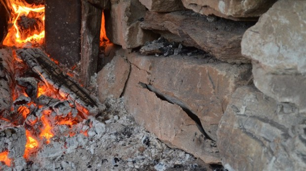 Gneiss blocks starting to crack just outside the fire-opening. Gneiss is not the ideal stone for building a limekiln. But it is the easiest local material available… We should, perhaps, have built the kiln with our local marble…