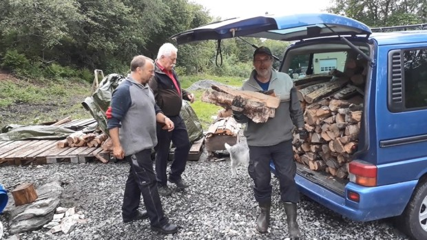 The firewood problem. Oddvin managed to get hold of a cubic metre of high quality birch. It helped us through another night. Sveinung and Kjell Magnar are happy!