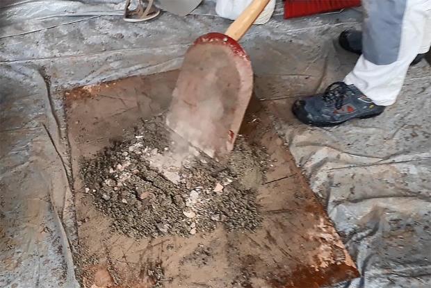 Hotmix fra Hyllestadkalk. Brentkalken er nesten ferdig lesket inne i sanden. Nå gjenstår blandingen med spade. En tung prosess! Foto: Per Storemyr